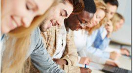 Glückliche Studenten im Seminar lernen für Prüfung in der Universität